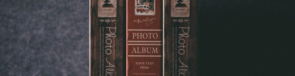 Grafický prvok - fotoalbumy na polici.